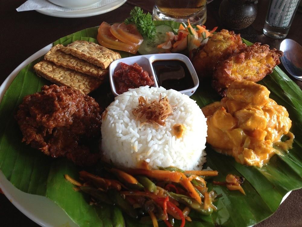 nasi campur cucina indonesiana