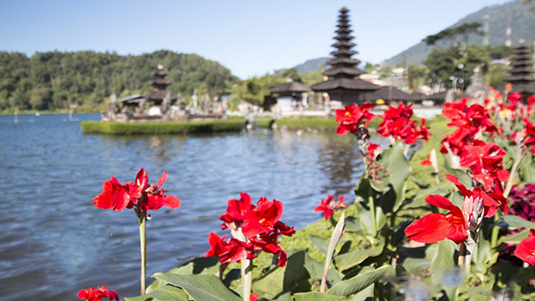 tempio sul lago bratan
